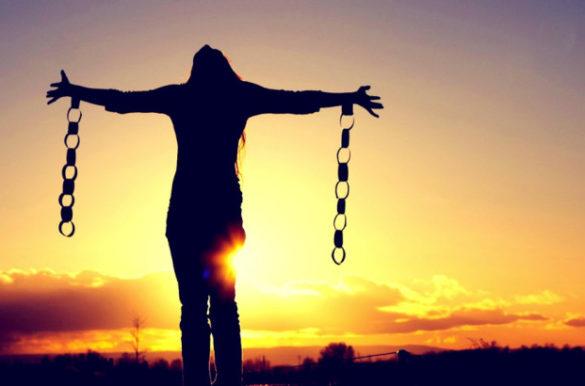 Девушка разрывающая цепи зависимости