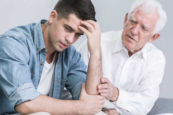 Пожилой мужчина уговаривает молодого парня лечить свою наркотическую зависимость в Махачкале