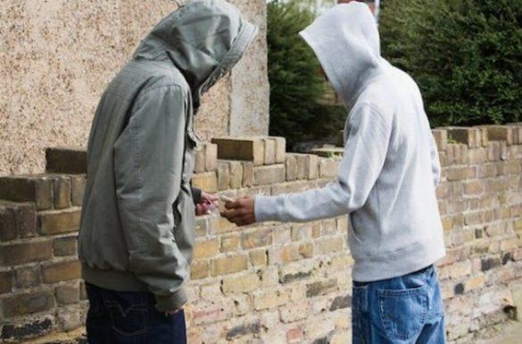 Продажа наркотиков у полуразрушенного заброшенного здания